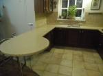 Столешница из искуственного камня переходящая в кухонный стол